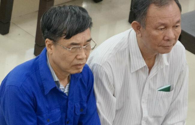 Hai cựu tổng giám đốc Bảo hiểm Xã hội Việt Nam Lê Bạch Hồng (áo xanh) và Nguyễn Huy Ban tại tòa sáng 18/9/2019. Ảnh: Việt Dũng