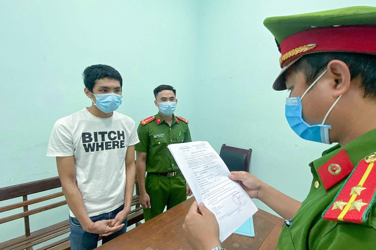 Nghi phạm Hưng nghe đọc lệnh bắt giam. Ảnh: Nam Em.