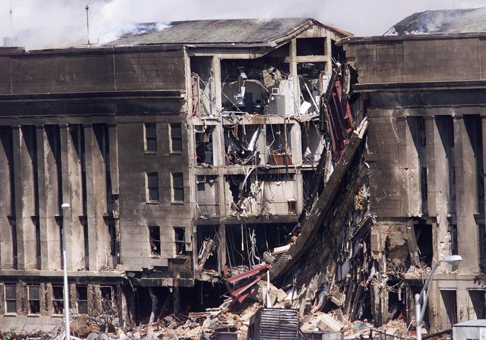 Mặt phía tây của Lầu Năm Góc bị tàn phá sau khi máy bay lao vào ngày 11/9/2001. Ảnh: AFP.