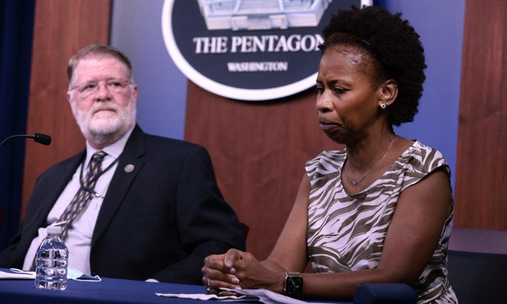 Đại tá lục quân về hưu Marilyn Wills (phải) và cựu phó trợ lý bộ trưởng Gerry Kitzhaber tại hội thảo về vụ khủng bố 11/9 ở Lầu Năm góc hôm 8/9. Ảnh: AFP.