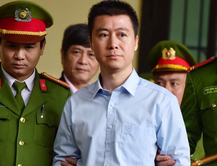 Phan Sào Nam bị cảnh sát áp giải ra phiên tòa sơ thẩm mở tháng 11/2018. Ảnh: Giang Huy