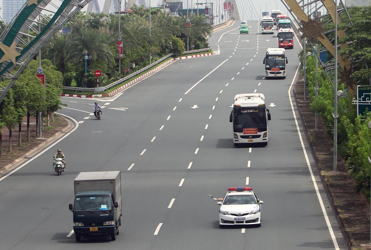 Đoàn cán bộ, bác sỹ tỉnh Phú Thọ đến hỗ trợ Hà Nội đi qua khu vực cầu Nhật Tân, trưa 9/9. Ảnh: Võ Hải.