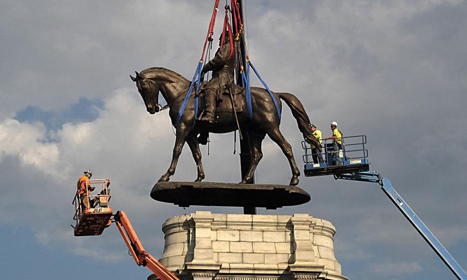 Công nhân tháo dỡ tượng tướng Robert E. Lee tại Richmond, bang Virginia, Mỹ hôm 8/9. Ảnh: AFP.