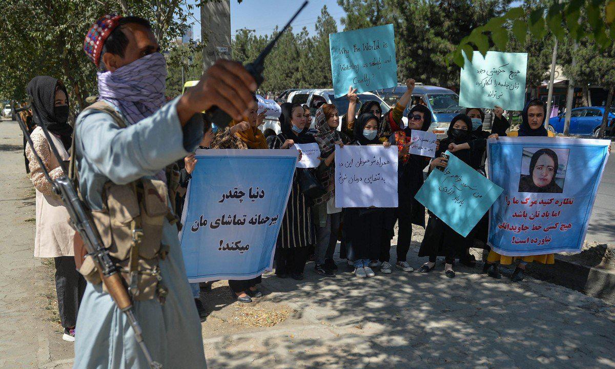 Một tay súng Taliban đứng giám sát nhóm phụ nữ biểu tình ở Kabul, Afghanistan hôm 8/9. Ảnh: AFP.