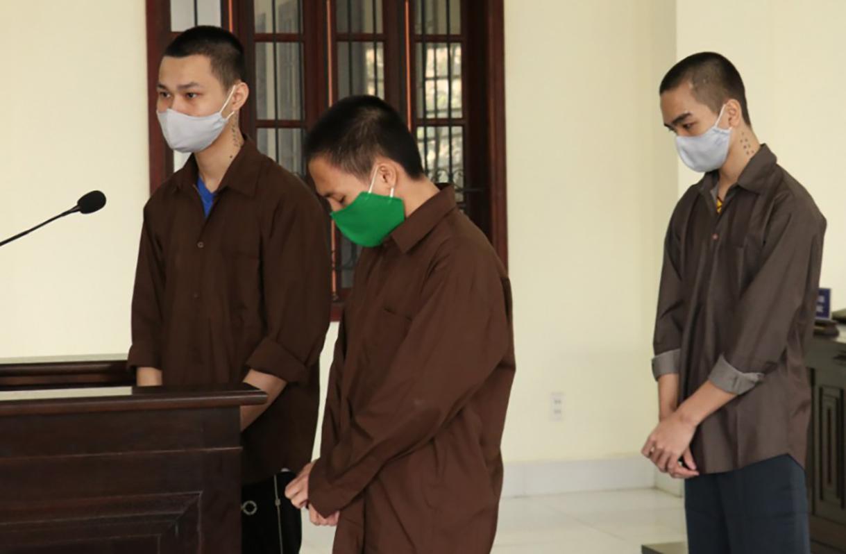 Ba bị cáo tại phiên tòa sáng nay. Ảnh: Văn Trăm