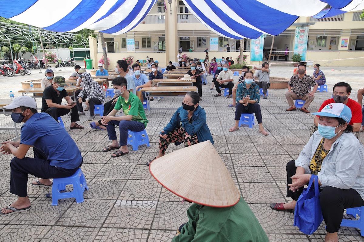 Người dân chờ tiêm tại điểm tiêm trường PTTH Phúc lợi, quận Long Biên, Hà Nội, ngày 9/9. Ảnh: Giang Huy
