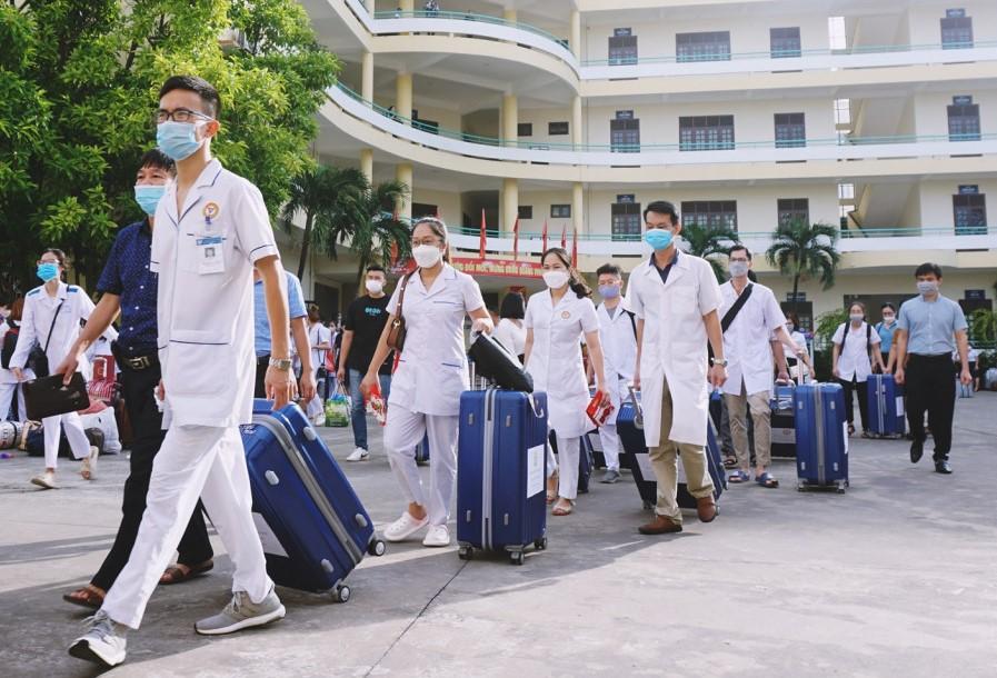 500 cán bộ, bác sĩ, nhân viên y tế lên Hà Nội chống dịch sáng 10/9. Ảnh: Nguyễn Thanh