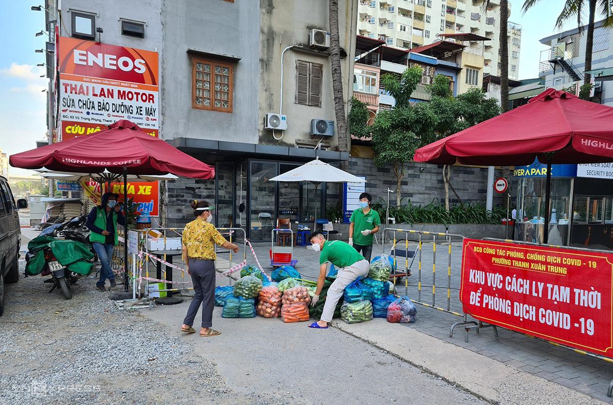 Ban quản lý chung cư đặt vận chuyển thực phẩm cho người dân chung cư Rivera Park, chiều 10/9. Ảnh: Tất Định.