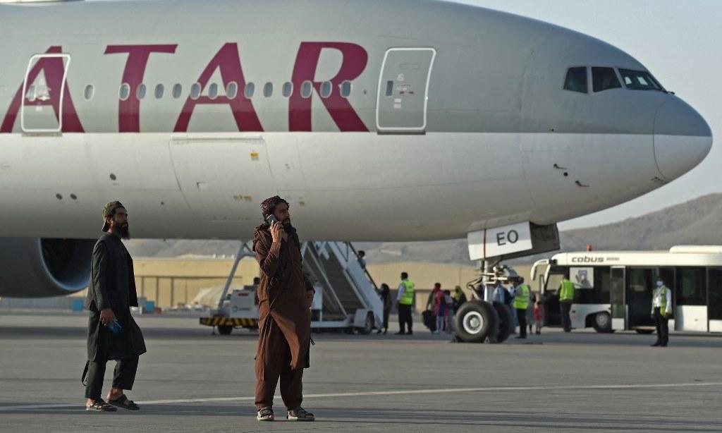 Lính Taliban đứng gác ở sân bay Kabul, nơi máy bay của hãng Qatar Airways chở người Mỹ di tản khỏi Afghanistan hôm 9/9. Ảnh: AFP.