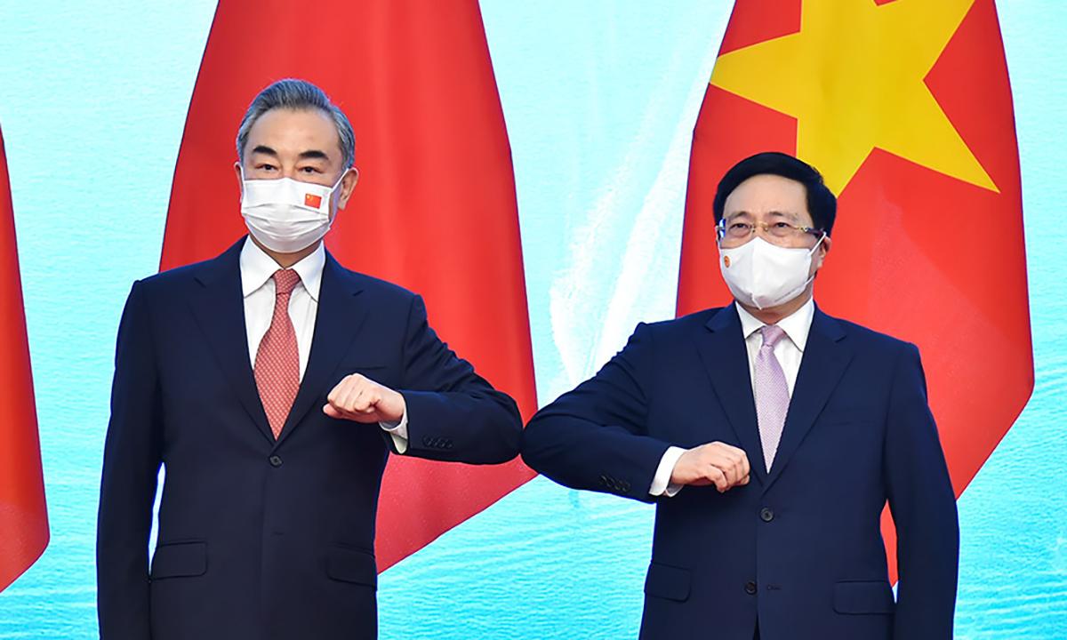 Phó thủ tướng Phạm Bình Minh (phải) và Ngoại trưởng Trung Quốc Vương Nghị (trái) trong cuộc gặp tại Hà Nội ngày 10/9. Ảnh: BNG.