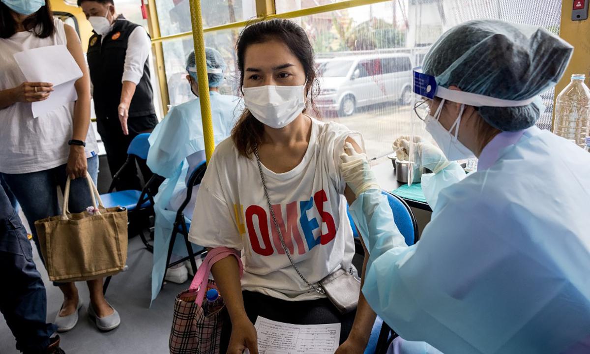 Nhân viên y tế Thái Lan tiêm vaccine cho người dân tại một điểm tiêm chủng lưu động ở thủ đô Bangkok ngày 8/9. Ảnh: AFP.