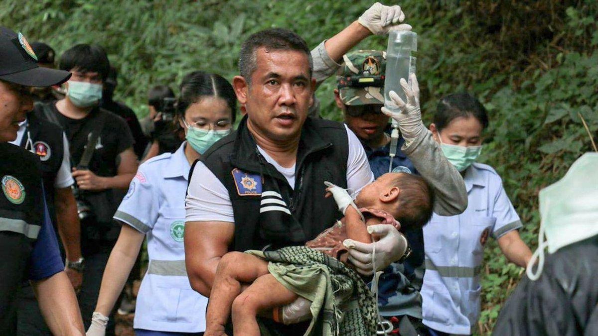Bé Pornsiri Wongsilarung được nhóm cứu hộ giải cứu hôm 8/9. Ảnh: ViralPress.