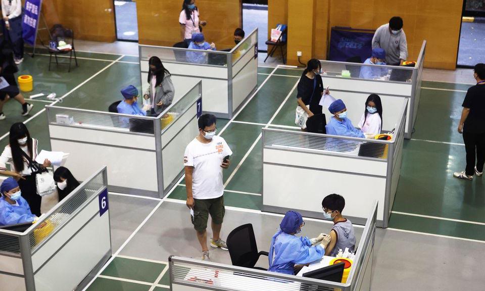 Học sinh được tiêm vaccine Covid-19 tại một điểm tiêm chủng ở Thượng Hải, Trung Quốc, hôm 5/9. Ảnh: Reuters.