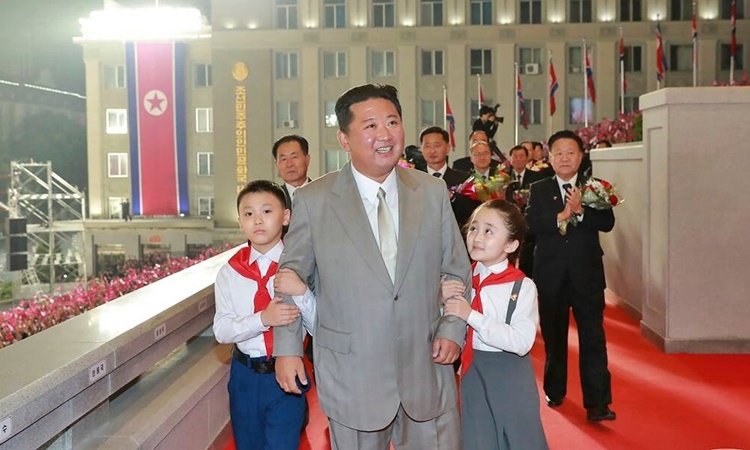 Lãnh đạo Triều Tiên Kim Jong-un bước đi cùng hai em thiếu nhi  trong lễ duyệt binh ở Bình Nhưỡng ngày 9/9. Ảnh: AP.