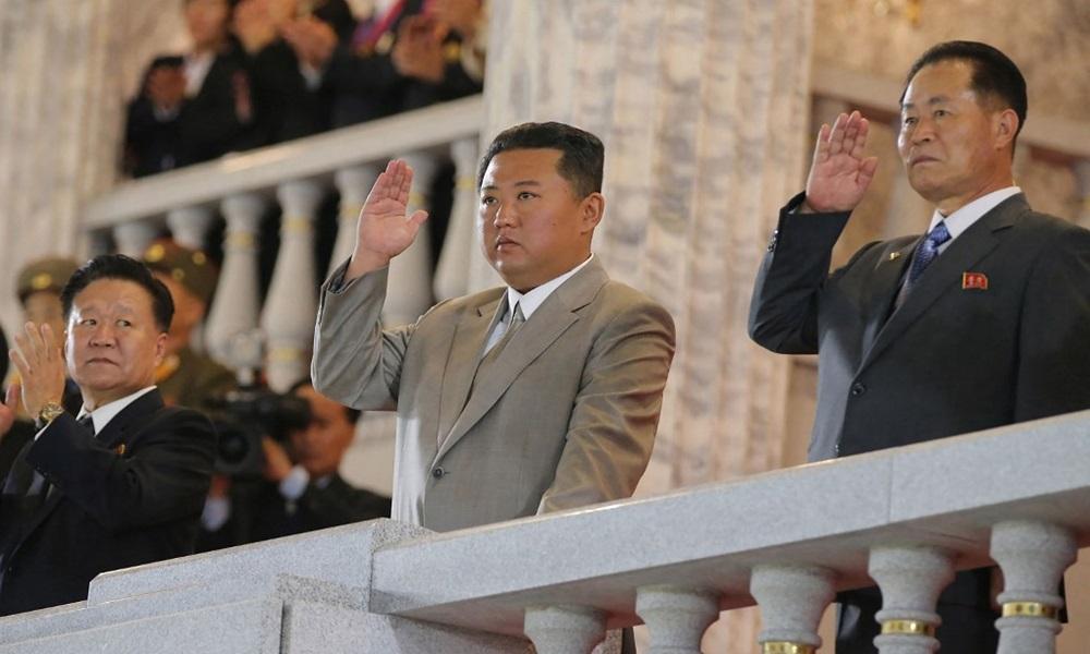 Lãnh đạo Triều Tiên Kim Jong-un (giữa) trong lễ duyệt binh ở Bình Nhưỡng hôm 9/9. Ảnh: KCNA.