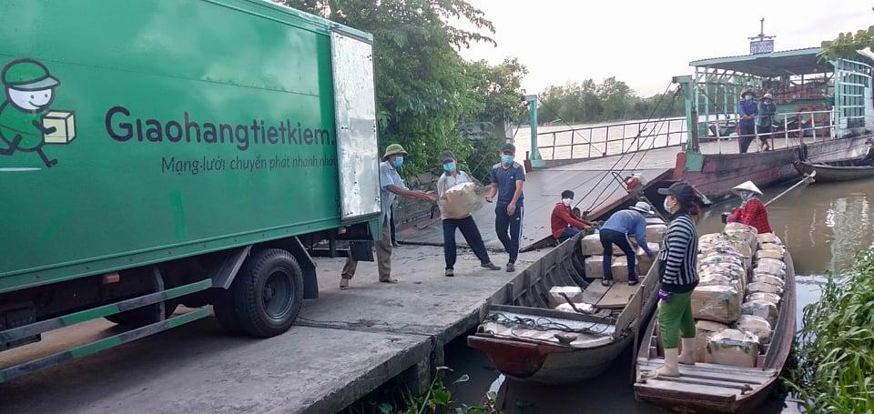 Nông dân xã An Nhơn, huyện Châu Thành, tỉnh Đồng Tháp liên kết với nhau tập kết nhãn chuyển lên xe để tiêu thụ tại các cửa hàng Bách hoá xanh. Ảnh: HTX Nông sản an toàn An Hòa