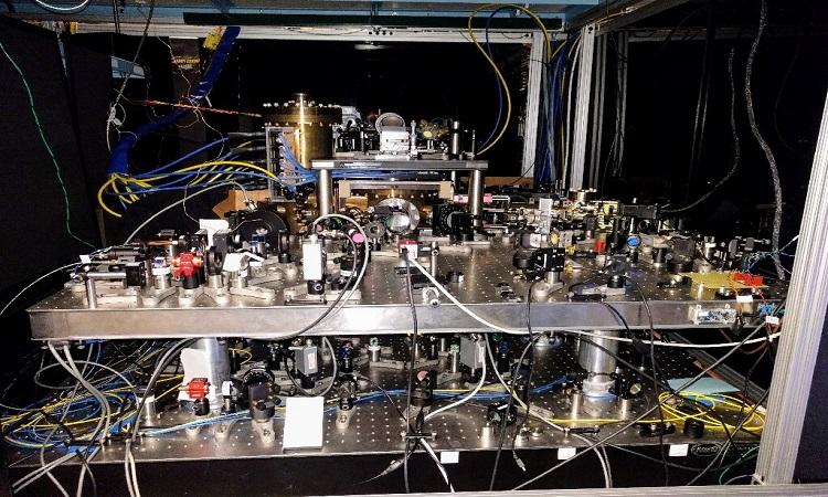Đồng hồ mạng quang học strontium ở phòng thí nghiệm của Jun Ye. Ảnh: Ed Marti
