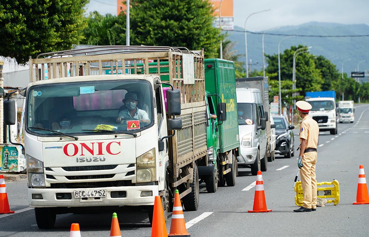 Xe chở hàng hóa bị yêu cầu quay đầu ở chốt cửa ngõ TP Vũng Tàu, sáng 10/9. Ảnh: Trường Hà