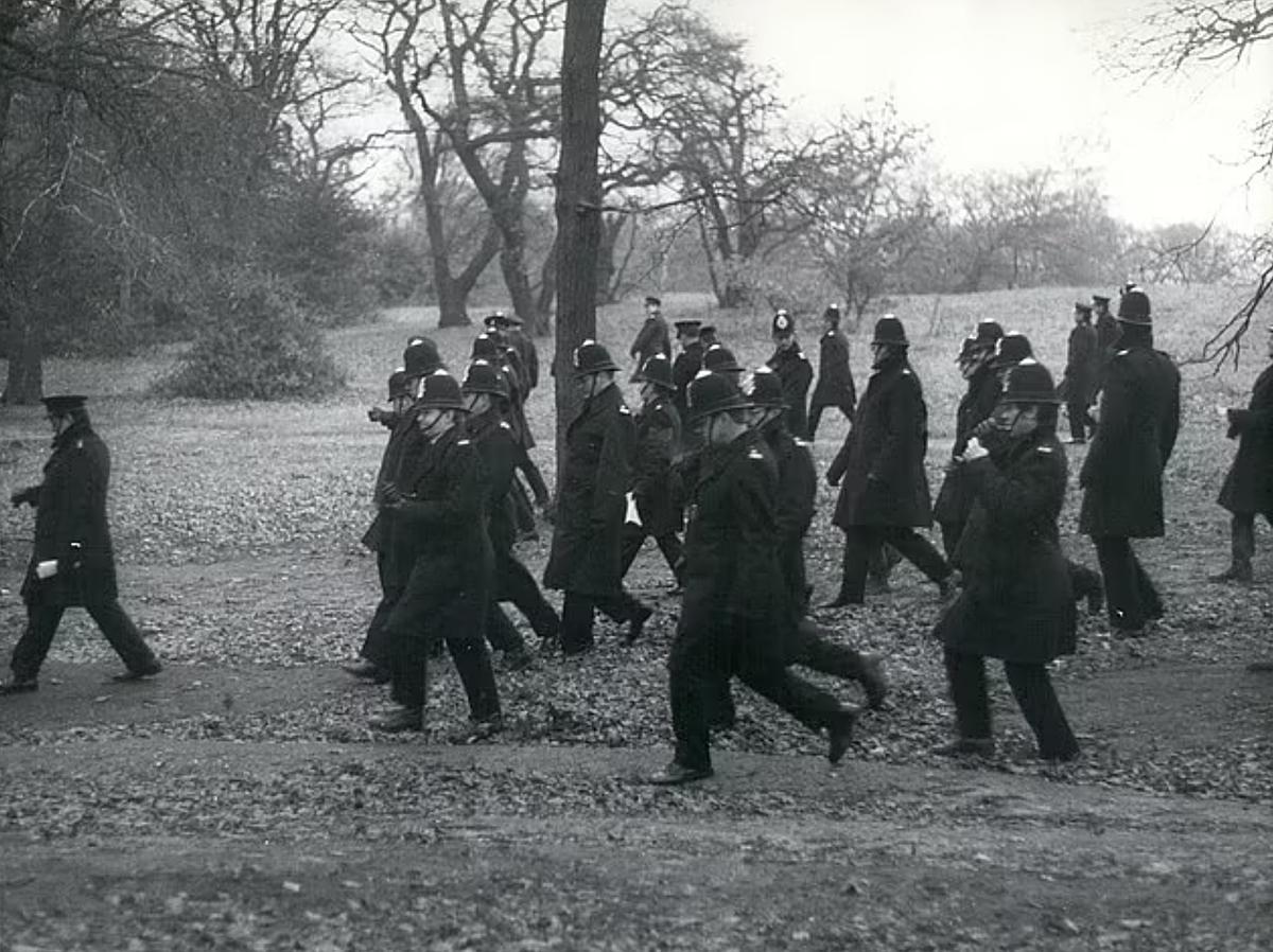 120 sĩ quan cảnh sát London tham gia vào cuộc tìm kiếm nạn nhân. Ảnh: DailymailUK