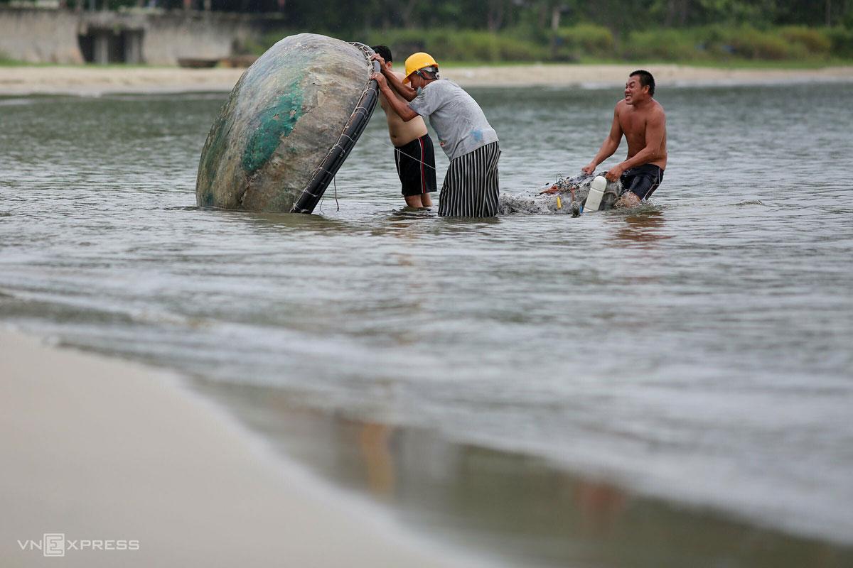Ngư dân Đà Nẵng dọn dẹp thuyền thúng trước khi bão Côn Sơn đổ bộ, ngày 10/9. Ảnh: Nguyễn Đông