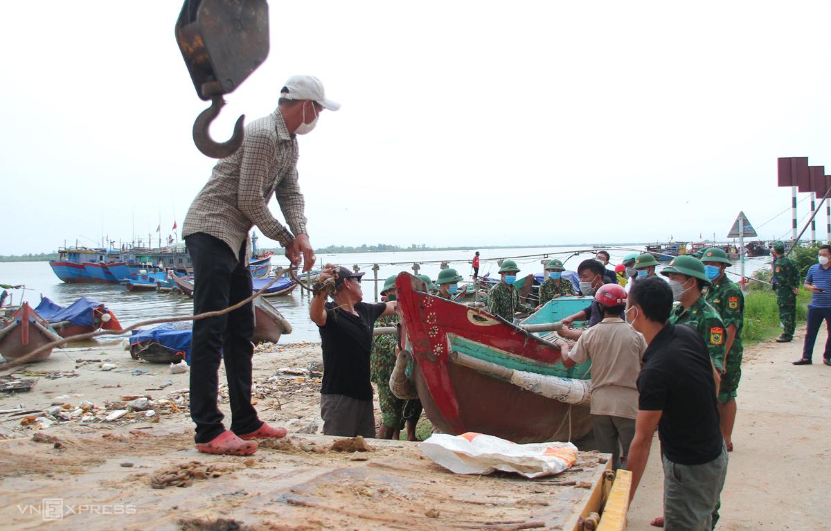 Ngư dân Cửa Việt (huyện Gio Linh, Quảng Trị) đưa tàu thuyền lên xe vào bờ tránh bão. Ảnh: Hoàng Táo.
