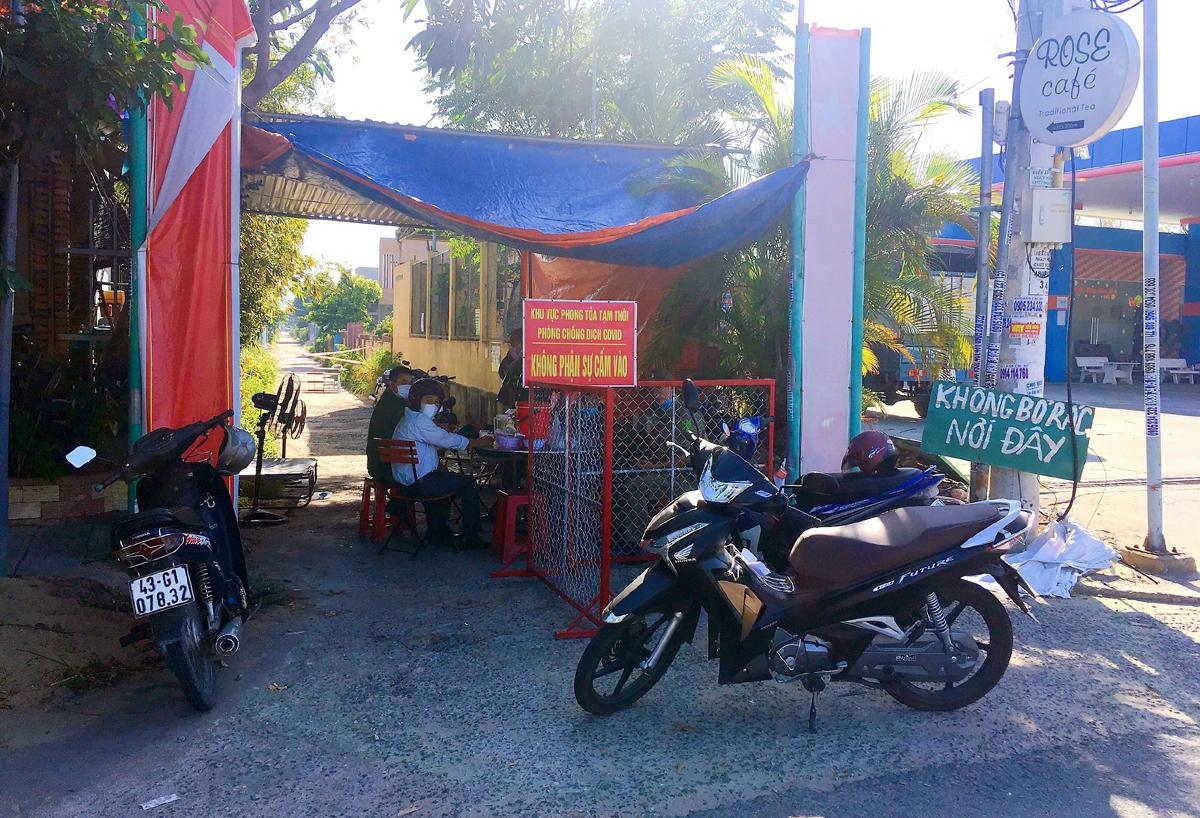 Khu vực nhà bệnh nhân 298723 ở khối phố 2A, phường Điện Nam Bắc bị phong tỏa. Ảnh: Đắc Thành.