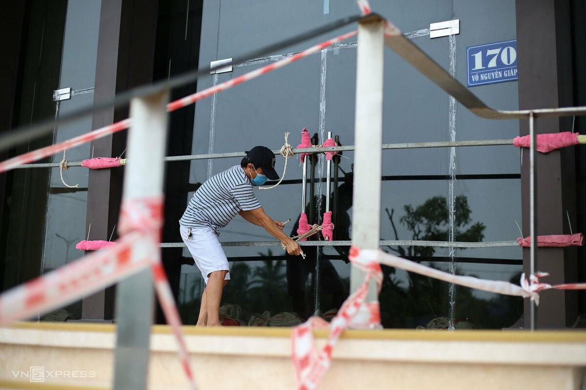Người dân Đà Nẵng giằng néo cửa chống bão Côn Sơn chiều 10/9. Ảnh: Nguyễn Đông.