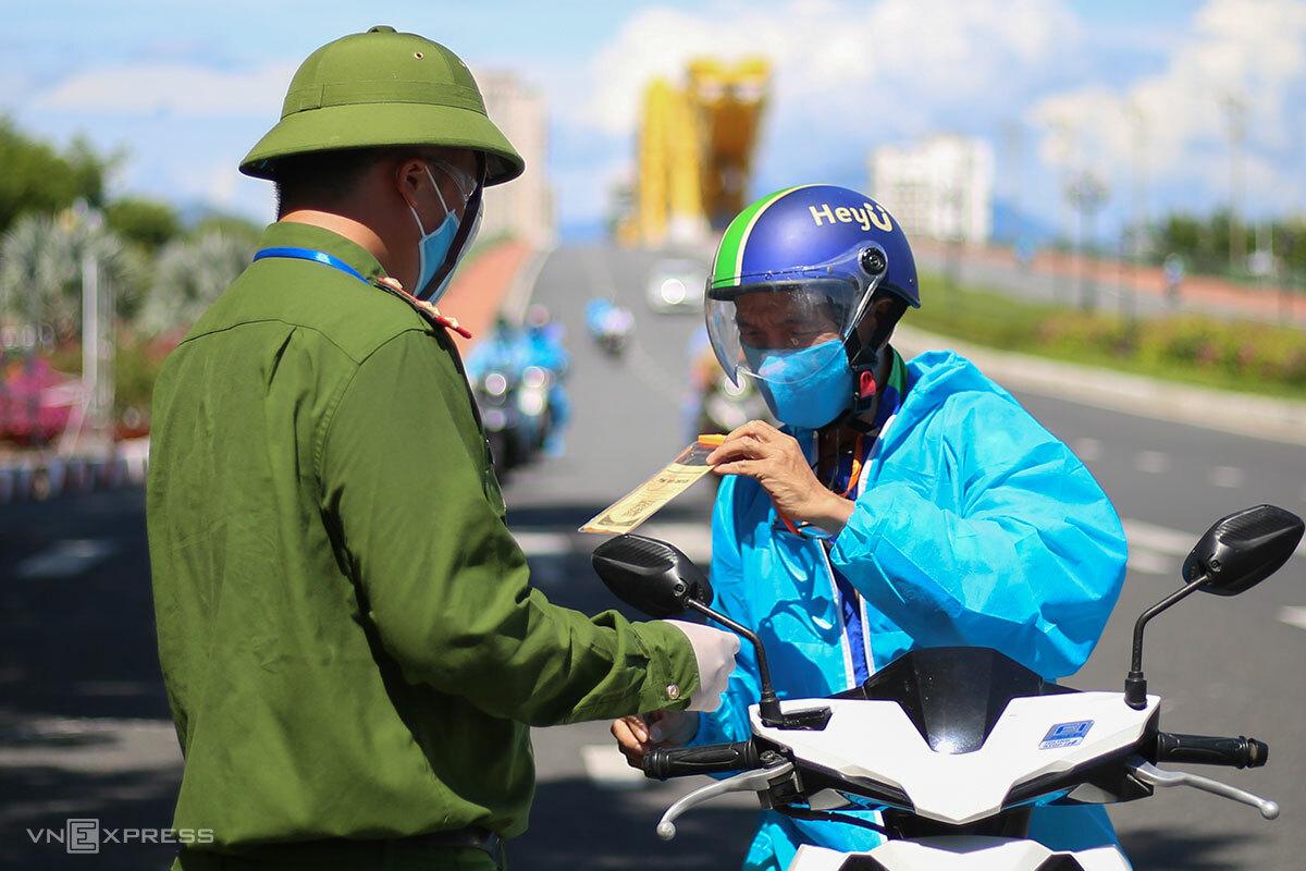 Công an kiểm tra giấy đi đường QRCode của người dân qua cầu Rồng, sáng 5/9. Ảnh: Nguyễn Đông