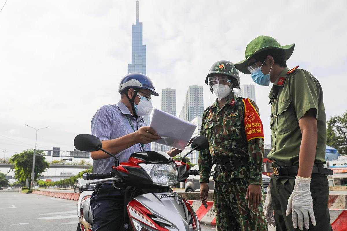 Cảnh sát, quân đội kiểm tra người ra đường ở TP HCM. Ảnh: Quỳnh Trần.