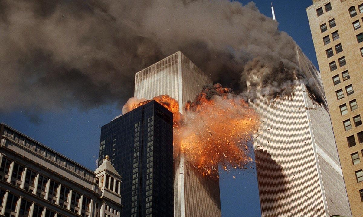 Khói bốc lên từ Trung tâm Thương mại Thế giới ở New York, Mỹ, ngày 11/9/2001. Ảnh: AP.
