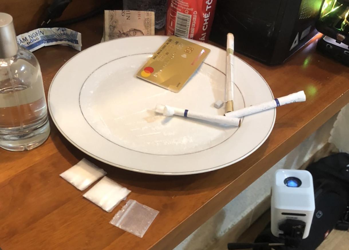 Ma túy tổng hợp được phát hiện trong phòng. Ảnh: Khánh Hương