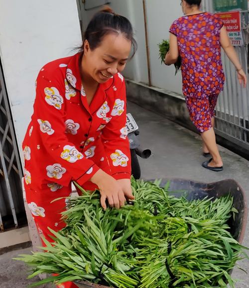 Hàng xóm và người dân sống quanh xóm trọ vui và cảm ơn nhóm sinh viên khi nhận được những bó rau sạch tự tay các em trồng. Ảnh: Nhân vật cung cấp