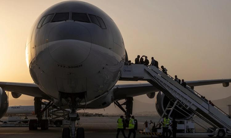 Hành khách lên máy bay của hãng hàng không Qatar Airways chuẩn bị rời Kabul, Afghanistan, ngày 9/9. Ảnh: NYTimes.