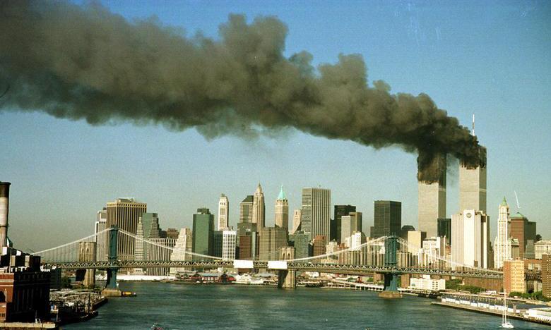 Tòa tháp đôi Trung tâm Thương mại Thế giới ở New York bốc khói sau vụ tấn công ngày 11/9/2001. Ảnh: Reuters.