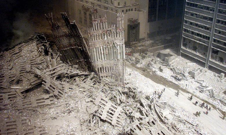 Đống đổ nát của tòa tháp phía nam Trung tâm Thương mại Thế giới ngày 11/9/2001. Ảnh: Reuters.