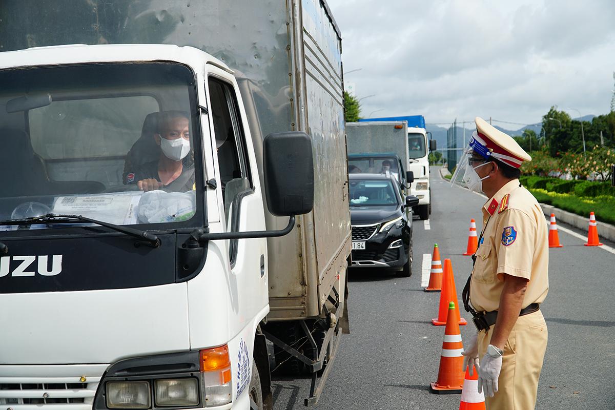 CSGT Vũng Tàu giải thích và yêu cầu tài xế chở hàng quay đầu xe tại chốt kiểm soát cầu Cỏ May, sáng 10/9. Ảnh: Trường Hà