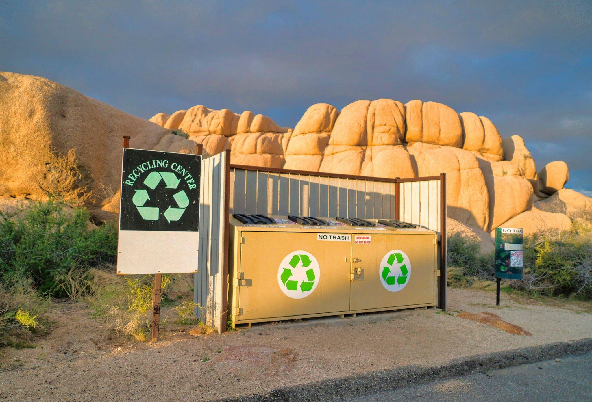 Thùng đựng đồ tái chế tại Vườn quốc gia Joshua Tree, bang California. Ảnh: NYT
