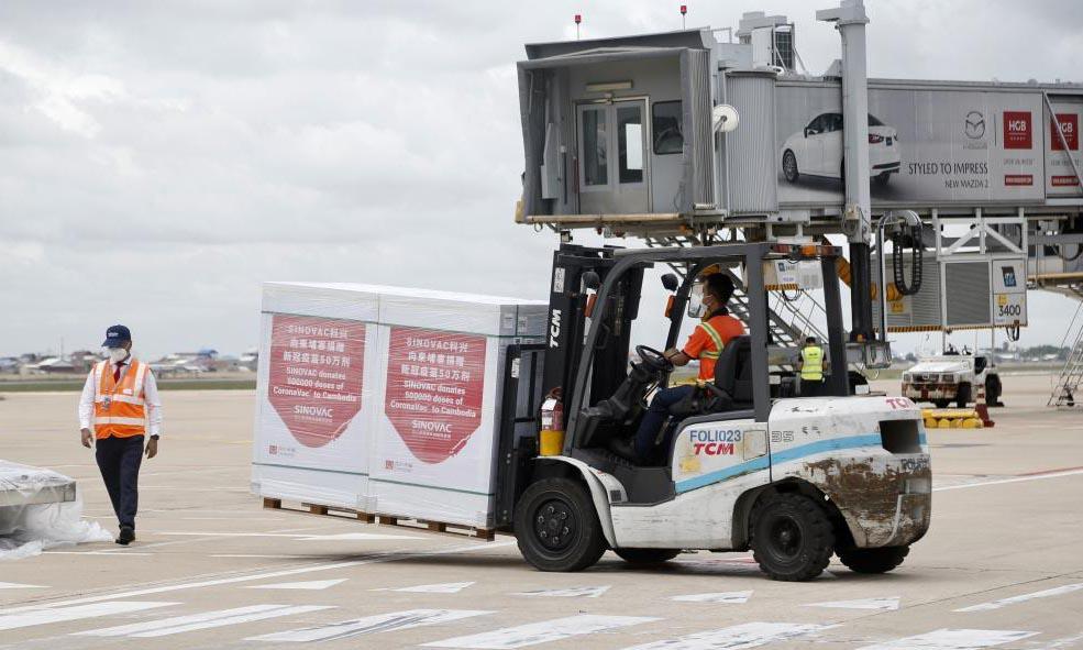 Vaccine Covid-19 từ hãng Sinovac của Trung Quốc được vận chuyển tại sân bay quốc tế ở Phnom Penh, Campuchia, hôm 4/9. Ảnh: Xinhua.