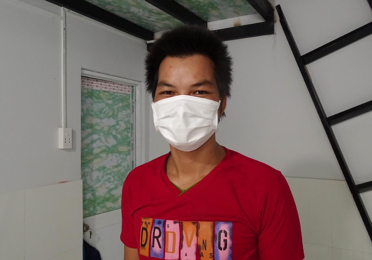 Anh Hoàng Văn Tuyên trong căn nhà trọ miễn phí rộng 9m2 ở quận 12. Ảnh: Hà An
