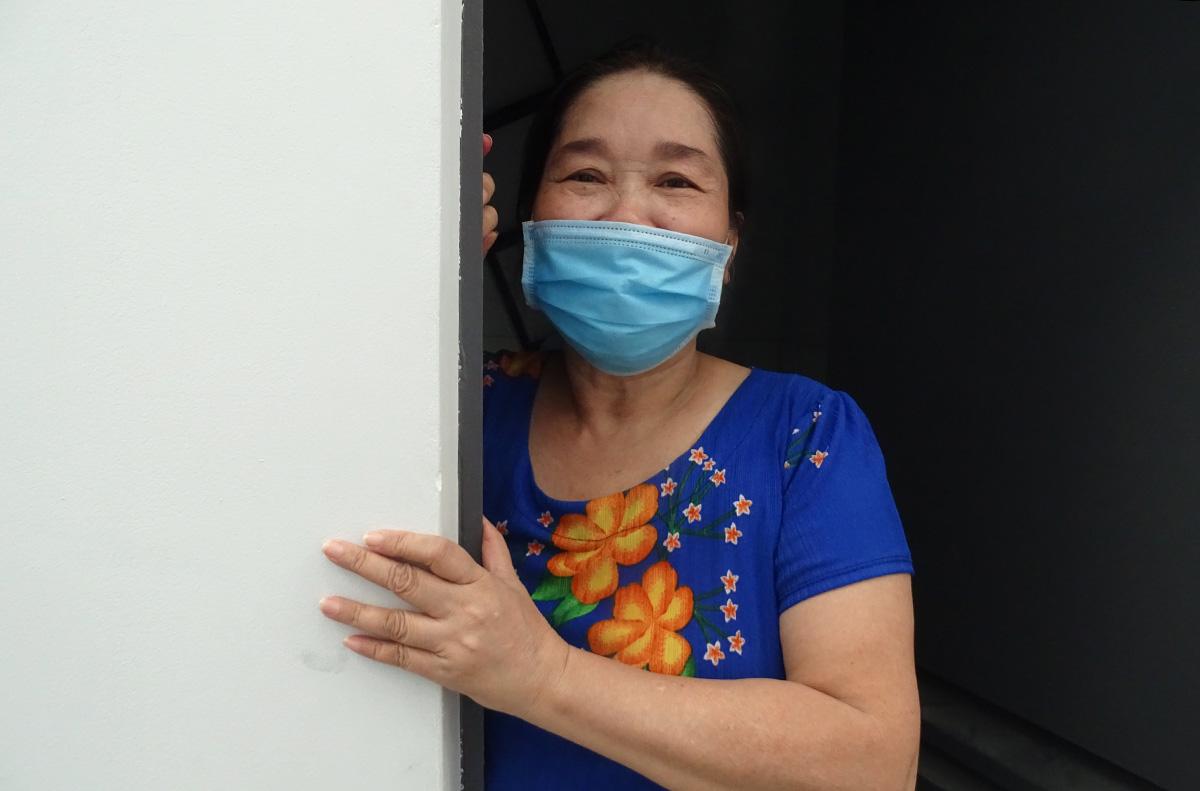 Chị Lê Thị Phương bên căn phòng trọ miễn phí, giúp chị có chỗ tá túc hơn 3 tuần nay. Ảnh: Hà An