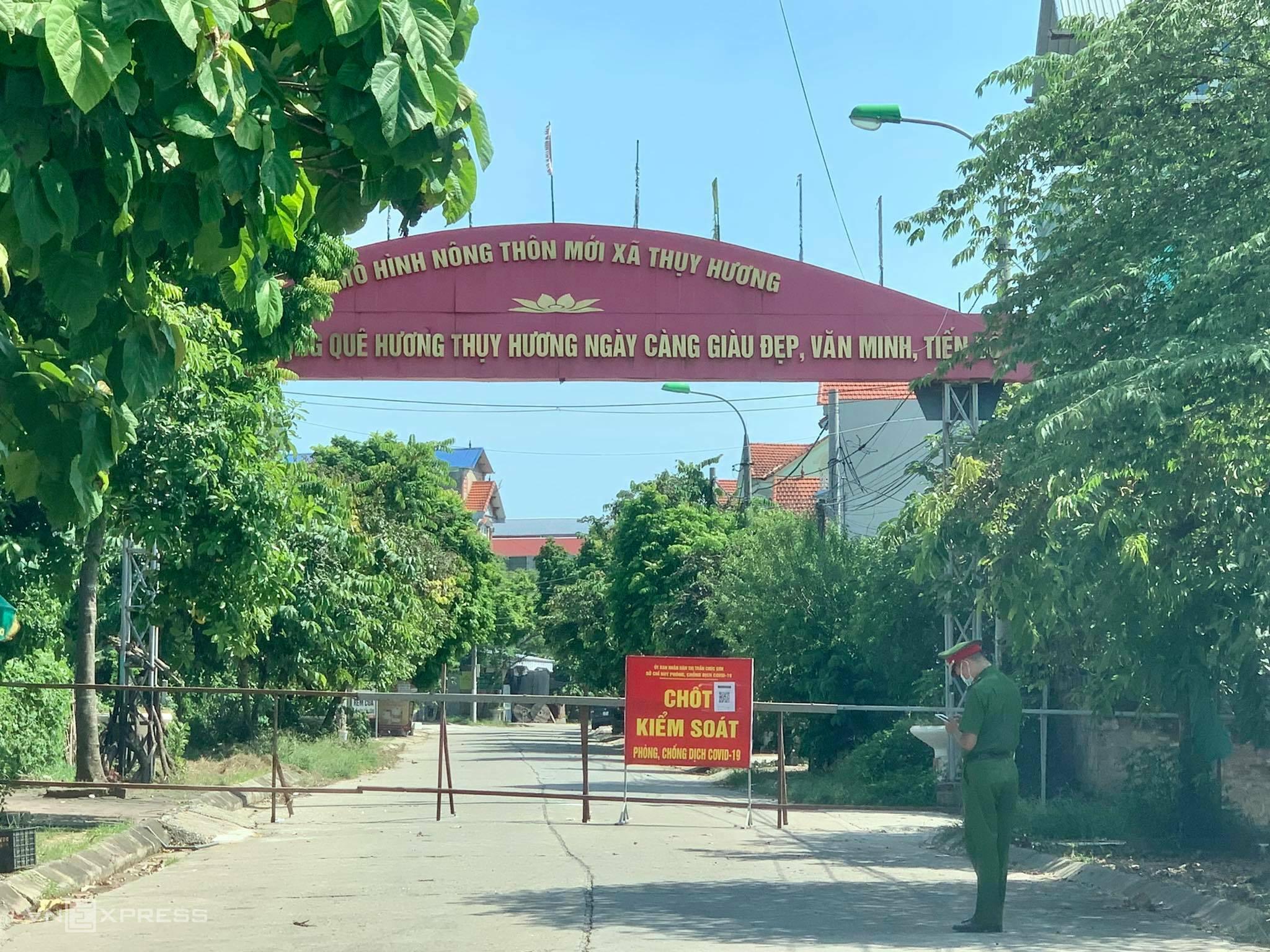 Chốt kiểm soát tại lối vào xã Thuỵ Hương. Ảnh: Gia Chính
