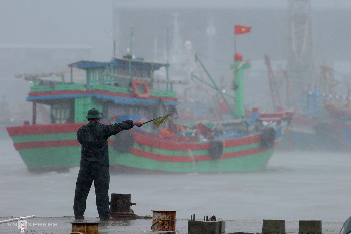 Biên phòng trạm Mân Quang hướng dẫn cho tàu thuyền vào âu thuyền Thọ Quang, Đà Nẵng tránh bão, lúc 9hh30 sáng 11/9. Ảnh: Nguyễn Đông