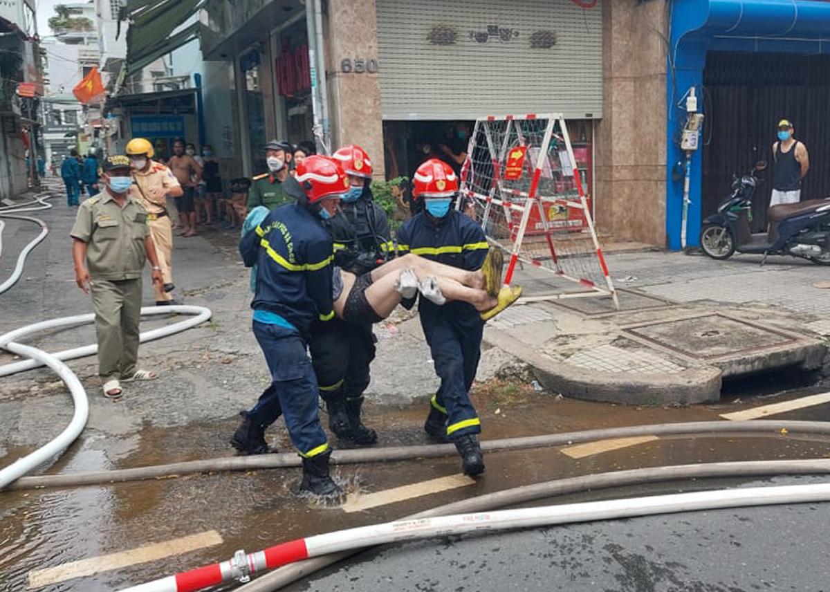Cảnh sát PCCC đưa người bị nạn ra khỏi hiện trường để đi cấp cứu. Ảnh: Phòng PCCC TP HCM