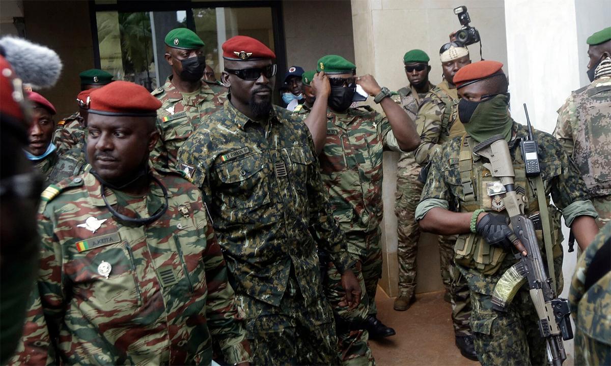 Đại tá Mamady Doumbouya (đội mũ đỏ, đeo kính đen) sau cuộc gặp với phát đoàn Cộng đồng Kinh tế Tây Phi ngày 10/9 ở thủ đô Conakry. Ảnh: AP.