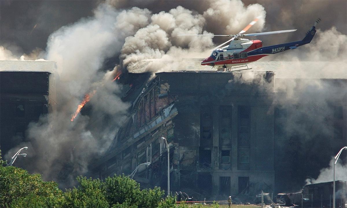Trực thăng cứu thương bay gần Lầu Năm Góc khi các nhân viên cứu hỏa cố gắng dập tắt đám cháy sau khi chuyến bay 77 lao vào tòa nhà ngày 11/9/2001. Ảnh: Reuters.