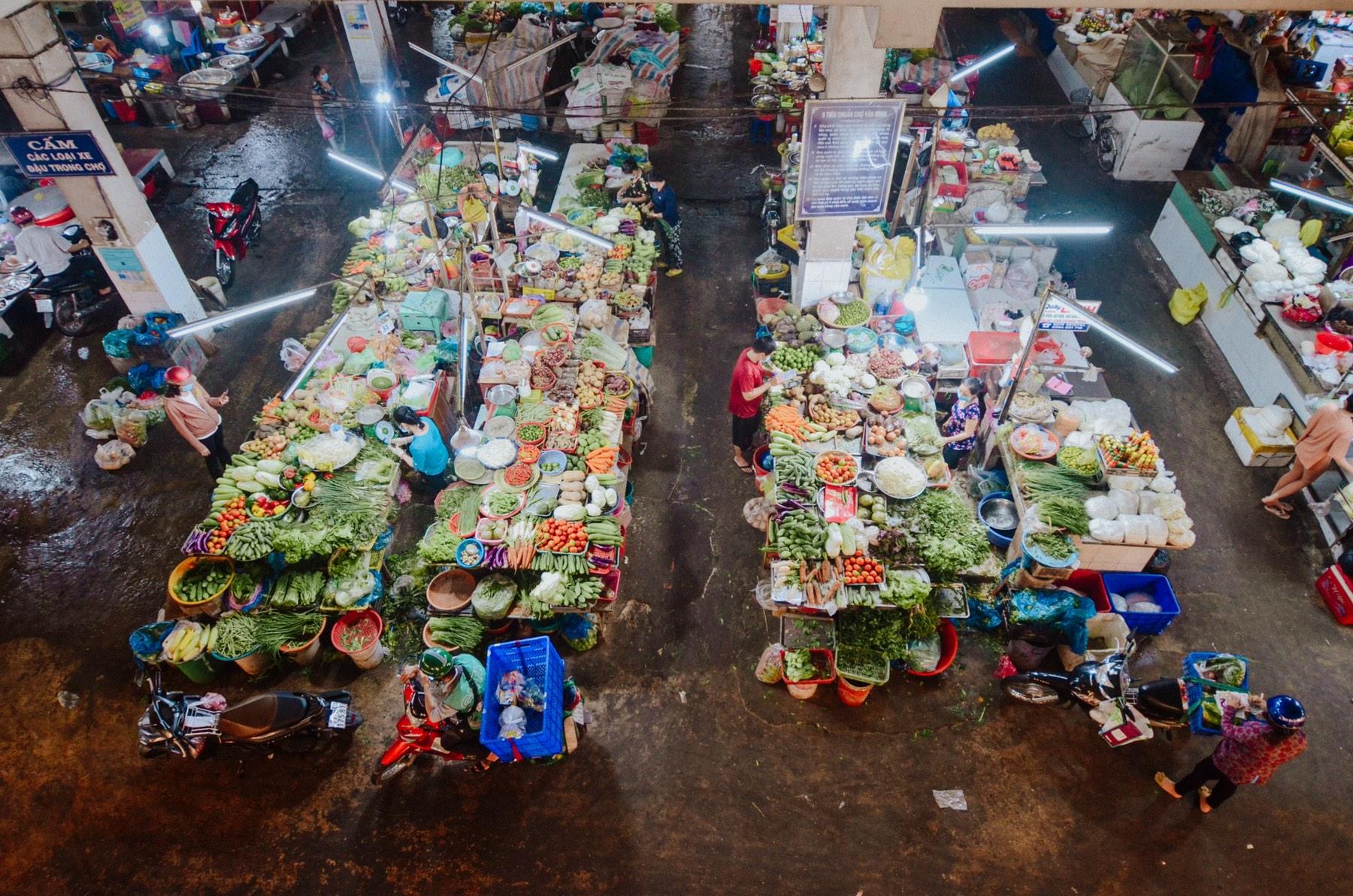 Một khu chợ ở Bến Tre mở cửa hoạt động trở lại. Ảnh: Tài Nguyên