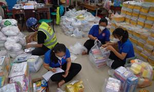 Đội tình nguyện giao dụng cụ học tập tận nhà
