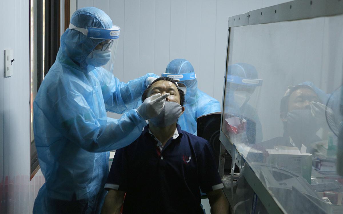 Người dân Nghệ An đi xét nghiệm Covid-19 dịch vụ. Ảnh: Nguyễn Hải