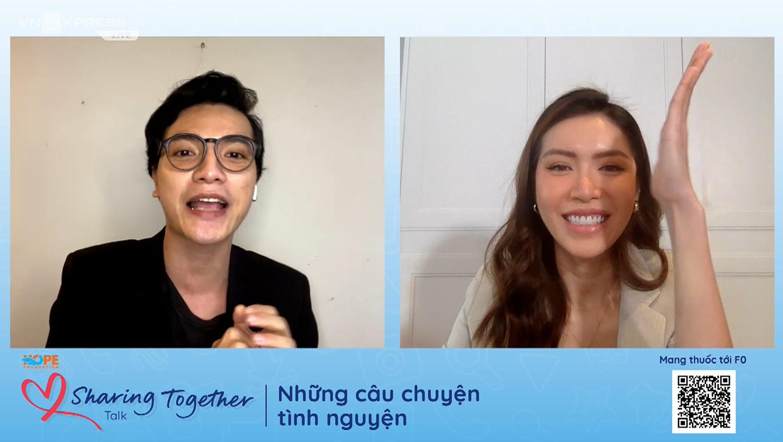 Minh Tú giờ tay xin ủng hộ chương trình Túi thuốc F0 khi tham gia buổi trò chuyện cùng MC Thiên Phong.