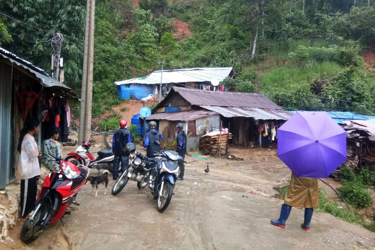 Cán bộ xã Phước Thành, huyện Phước Sơn đến từng nhà người dân vận động đi sơ tán trưa 11/9. Ảnh: Đắc Thành